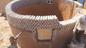 สตรอง! บ้านต้านพายุทะเลทราย จากขวดน้ำ รีไซเคิล เพื่อ ผู้อพยพลี้ภัย