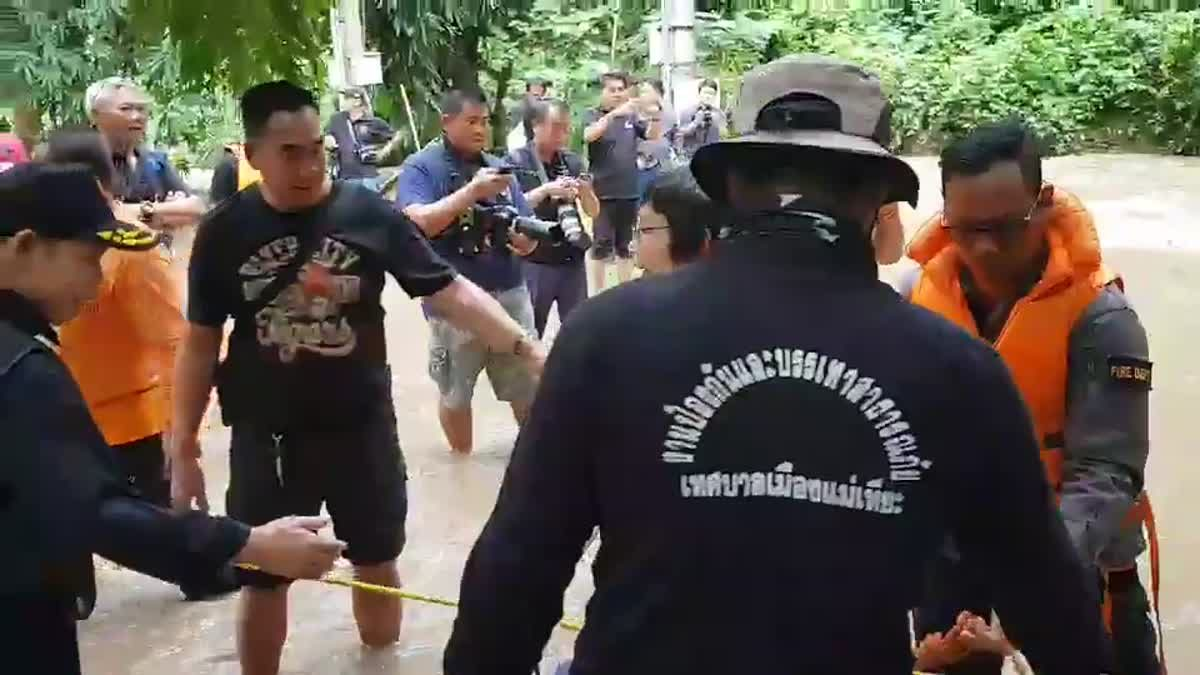 เผยคลิปเจ้าหน้าที่หน่วยกู้ภัย! ช่วยนักท่องเที่ยวจีน ฝ่าน้ำป่าดอยสุเทพ