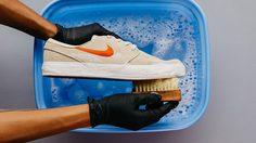8 วิธี ทำความสะอาดสนีกเกอร์ คู่เก่งของคุณให้เหมือนคู่ใหม่ด้วยวิธีง่ายๆ