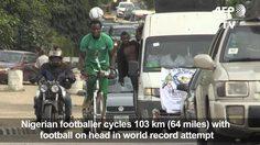 """แข้งสมัครเล่นไนจีเรียสร้าง """"สถิติโลก"""" ด้วยการปั่นจักรยานพร้อมกับวางบอลไว้บนหัว (มีคลิป)"""
