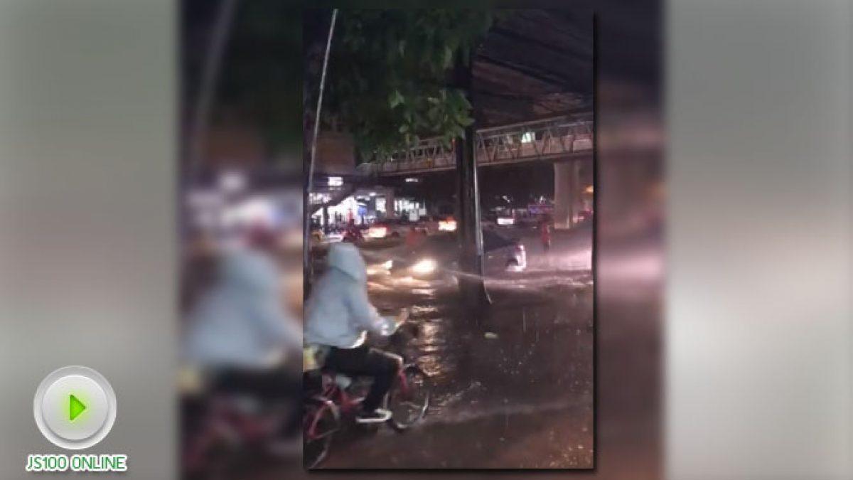 น้ำท่วมสูงบริเวณ ถนนเพชรเกษม ก่อนถึงซีคอนบางแค (24-10-60)