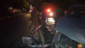 กระบะพุ่งชนเสาไฟข้างศูนย์ราชการฯ พังยับ เสาหักล้มขวางถนน
