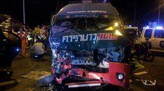 รถเก๋งชนรถตู้คาราบาวแดง บนถนนสาย อ.เมืองกาฬสินธุ์ – อ.กมลาไสย เสียชีวิต 4 คน