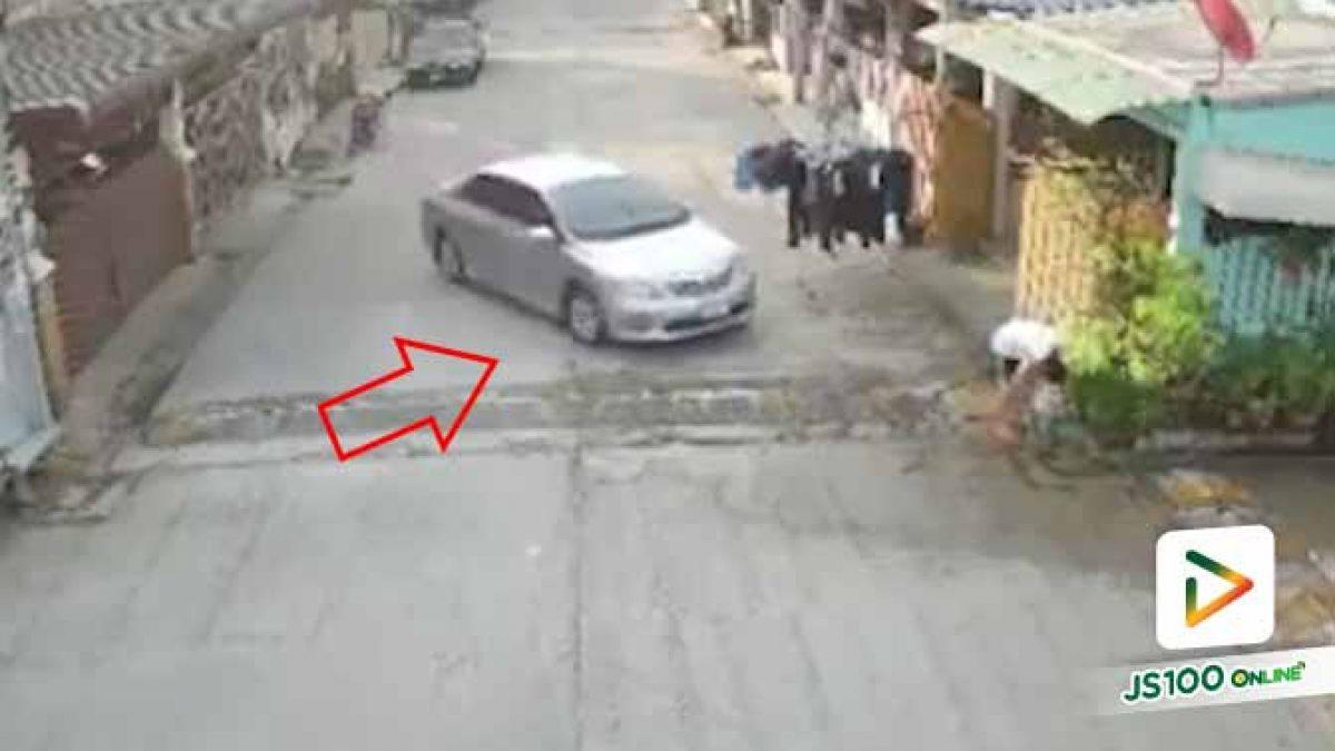 ติดต่อขอมอบตัวแล้ว!! ชายหัวร้อนถอยเก๋งตั้งหลักก่อนพุ่งชนเพื่อนบ้าน เสียชีวิต (25/01/2020)