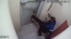 เมาจนสร่าง!! หนุ่มขี้เมา พยามพังประตูเกือบ 3 ชั่วโมง ทั้งที่มีปุ่มกดเปิดอยู่ข้างๆ