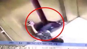 คลิปชัด ๆ หญิงจีนเล่นมือถือ สะดุดล้มลิฟท์หนีบขาขาด !!