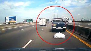 หนุ่มเซ็ง 'โดนวางมิด' ขับรถชนกระบะจอดเสียเลนขวาอย่างจัง