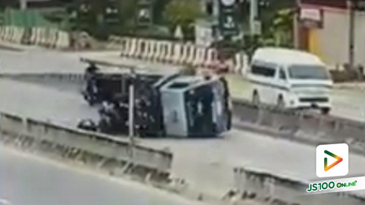 นาทีรถบรรทุกคนงานพลิกตะแคง เชิงทางขึ้นสะพานข้ามแยกเมืองทอง คนงานบาดเจ็บ (1-11-62)