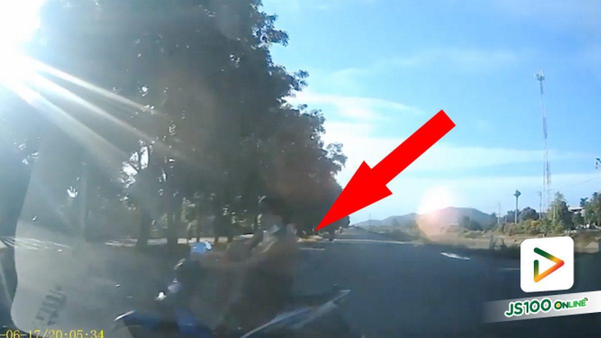 จะเข้าซอยข้ามถนนตัดหน้าเลย ดีว่าเบรคมาก่อนไม่งั้นมีตกคลอง