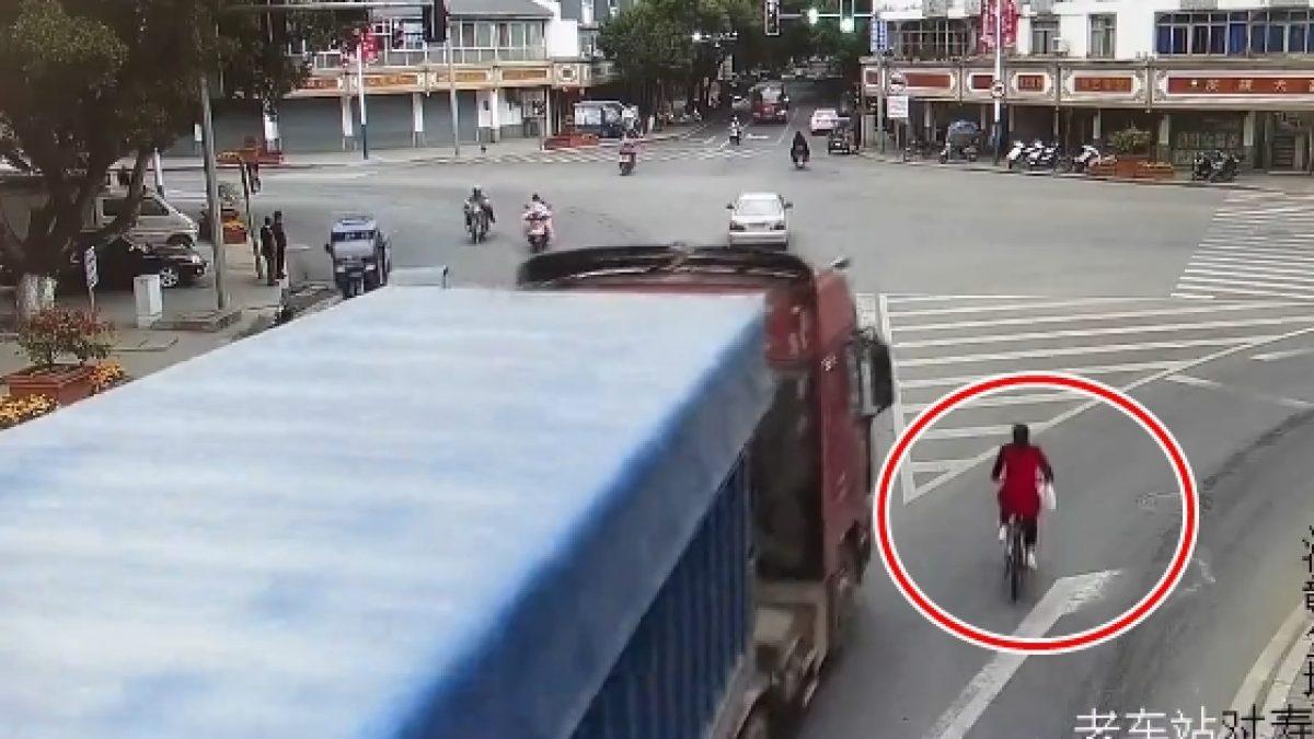 เสียวไส้! กล้อง CCTV จับภาพ นาทีระทึก จักรยาน VS รถบรรทุก โดนทับรอดชีวิตหวุดหวิด