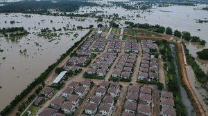 ภาพหมู่บ้านที่อุบลฯ รอดน้ำท่วม กลายเป็นเกาะ รายล้อมด้วยมวลน้ำ