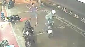หนุ่มเจ้าของรถไล่อัดหัวขโมย หลังพบกำลังฉกจักรยานยนต์ไปต่อหน้าต่อตา