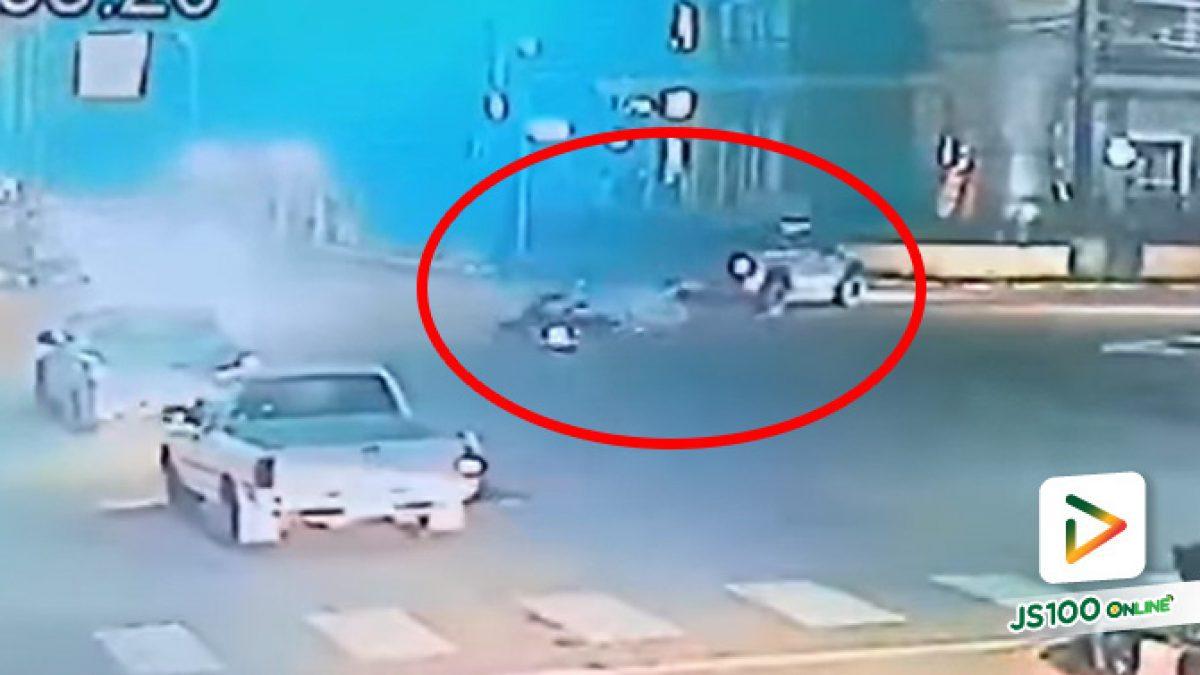 ปิคอัพขับผ่านแยก จยย.ซิ่งฝ่าไฟแดงมาชนอย่างจัง หนุ่มวัย 17 ปี เสียชีวิต