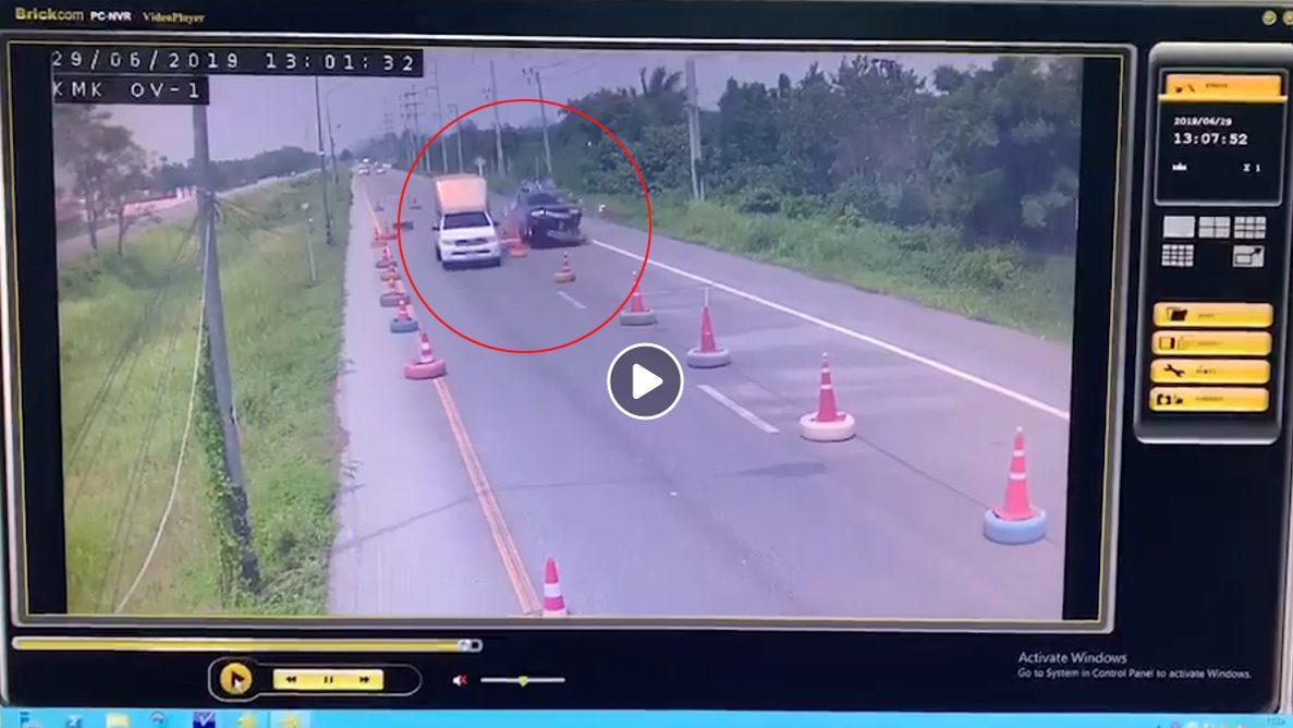 อย่างกับในหนัง! กระบะพุ่งชนป้ายเตือนขวางถนน จนรถลอยหวิดคว่ำ