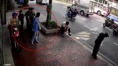 หนุ่มขี่รถจักรยานยนต์ พุ่งชนลุงบนทางเท้า จ่าย 5 พัน! ขอไกล่เกลี่ย