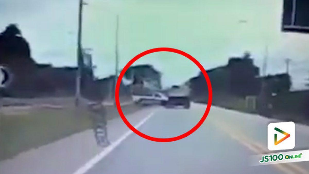 คนขับปิคอัพว่าจอดอยู่เฉยๆ แล้วรถบรรทุกยางแตกหักหลบมาชน..