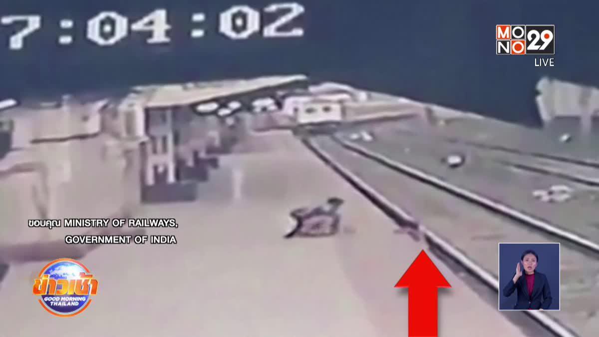 พนักงานรถไฟอินเดียช่วยเด็กที่พลัดตกชานชาลา หวิดถูกรถไฟชน