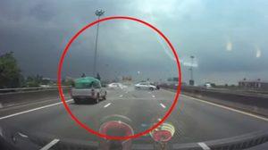 รถเก๋งซิ่งแข่งบนทางด่วน ก่อนเสียหลังชนคันอื่นพังยับ