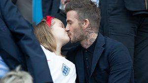 เบ็คแฮม จูบปากลูกสาวไม่แคร์สื่อ แม้เคยถูกพิธีกรดังวิจารณ์เรื่องความเหมาะสม
