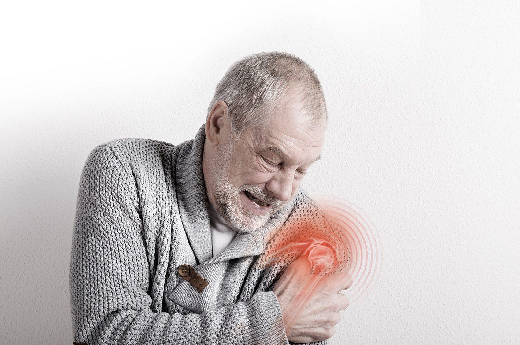 ปวดไหล่ ยกแขนขึ้นไม่สุด สัญญาณเตือน กระดูกงอกทับเอ็นข้อไหล่...โรคใกล้ตัววัย 50+