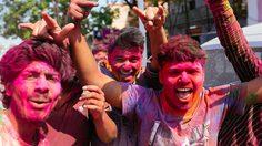ฉูดฉาด สาดสีสันที่อินเดีย กับ Holi Festival 2015