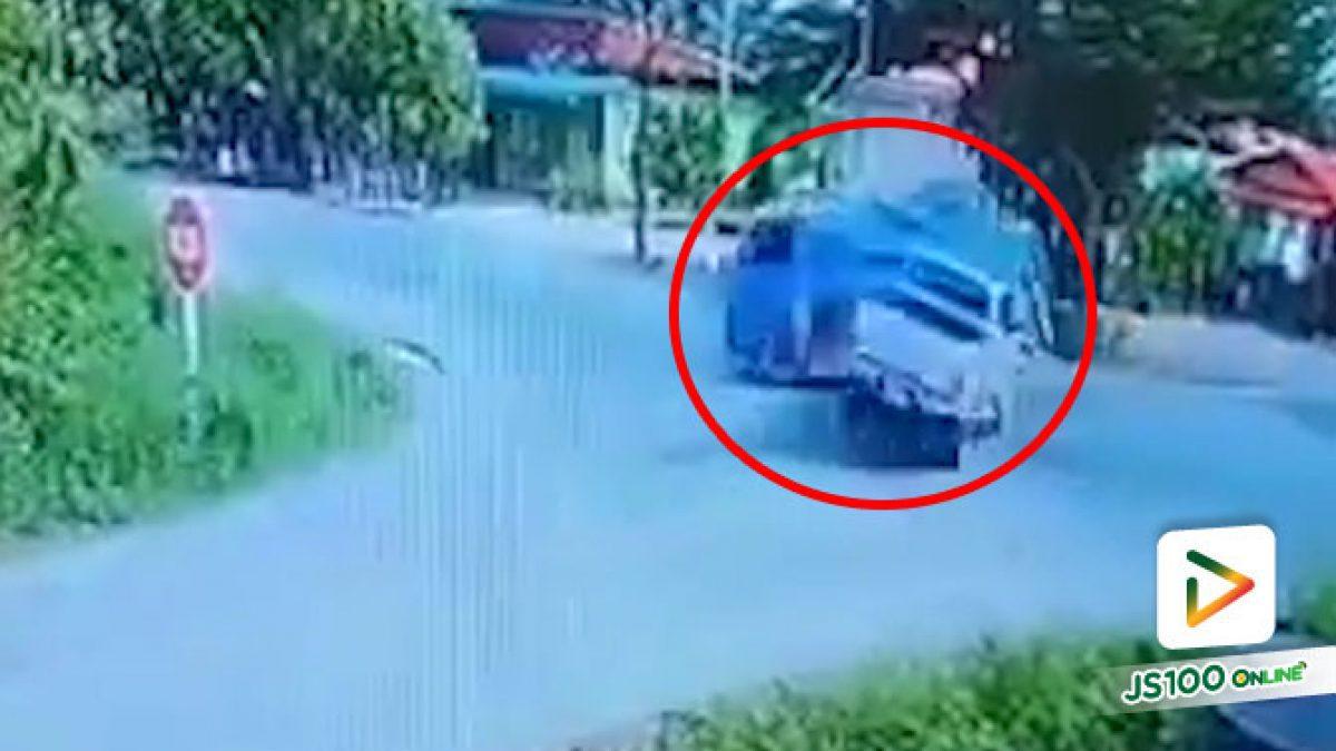 ปิคอัพซิ่งพุ่งชนรถดูดส้วมพลิกตะแคงกลางสี่แยก ได้รับบาดเจ็บ 4 คน (20/07/2020)