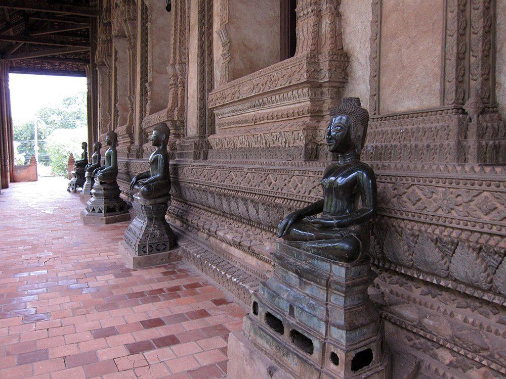 พระพุทธรูปศิลปะล้านช้าง บริเวณระเบียงหอพระแก้ว