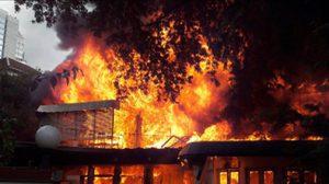 ระทึก! ไฟไหม้บ้านย่านสาทร เจ็บ 3 เพลิงลุกลามวอด 2 หลัง