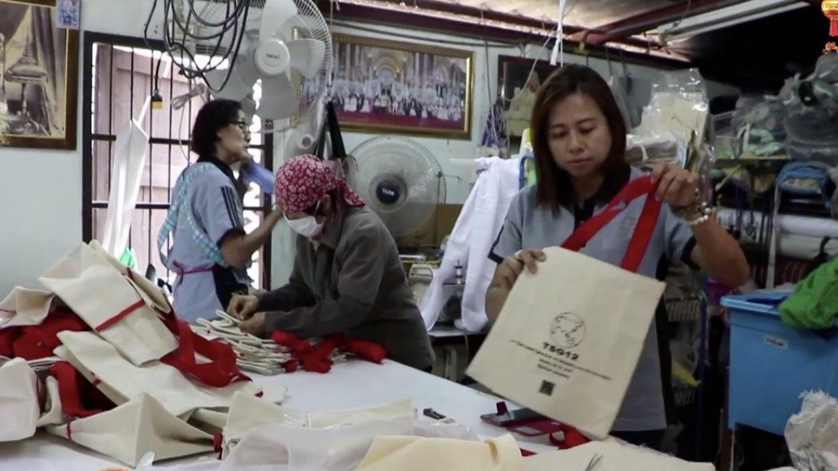 กลุ่มชาวบ้านพิษณุโลกเร่งผลิตถุงผ้ารับออร์เดอร์เพิ่ม