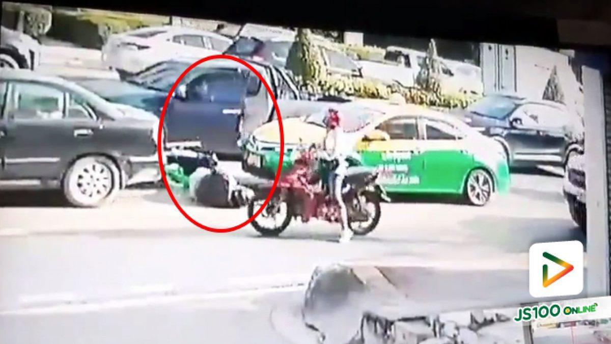 ปิคอัพเปิดประตูกระทันหันที่ปากซอยเสรีไทย 20/1 จยย.พุ่งชนบาดเจ็บ ปิคอัพขับหลบหนี ผู้เสียหายอยากขอคลิปจากกล้องหน้ารถยนต์