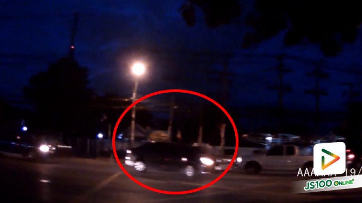 ชนเข้าอย่างจัง!! รถเก๋งชนกับจยย. บริเวณแยกซอยเทพพนม ถ.ติวานนท์ (20-06-61)