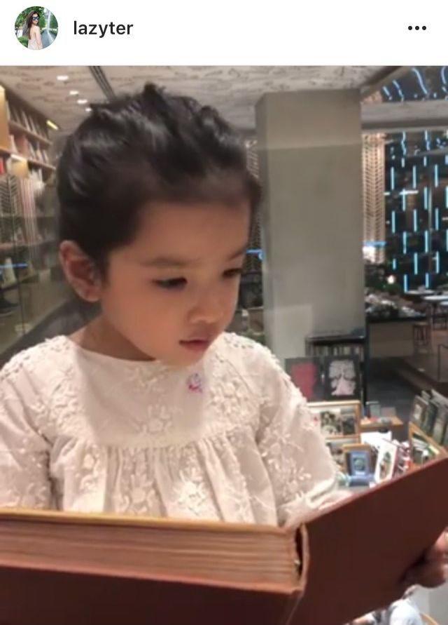 น้องรีนา (ลูกสาวออย-เธอ) อ่านหนังสือ