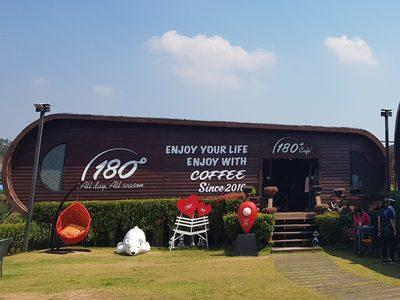 จิบกาแฟในฤดูร้อน กับหมอกจางๆ บนเขาค้อ ที่ ร้านกาแฟ 180 องศา