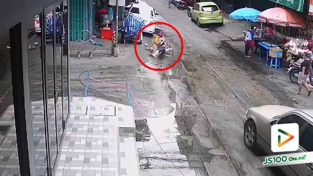 ตึกแถวชุ่ยทำน้ำขังริมถนน แม่อุ้มลูกเดินลื่นล้มขาฉีก