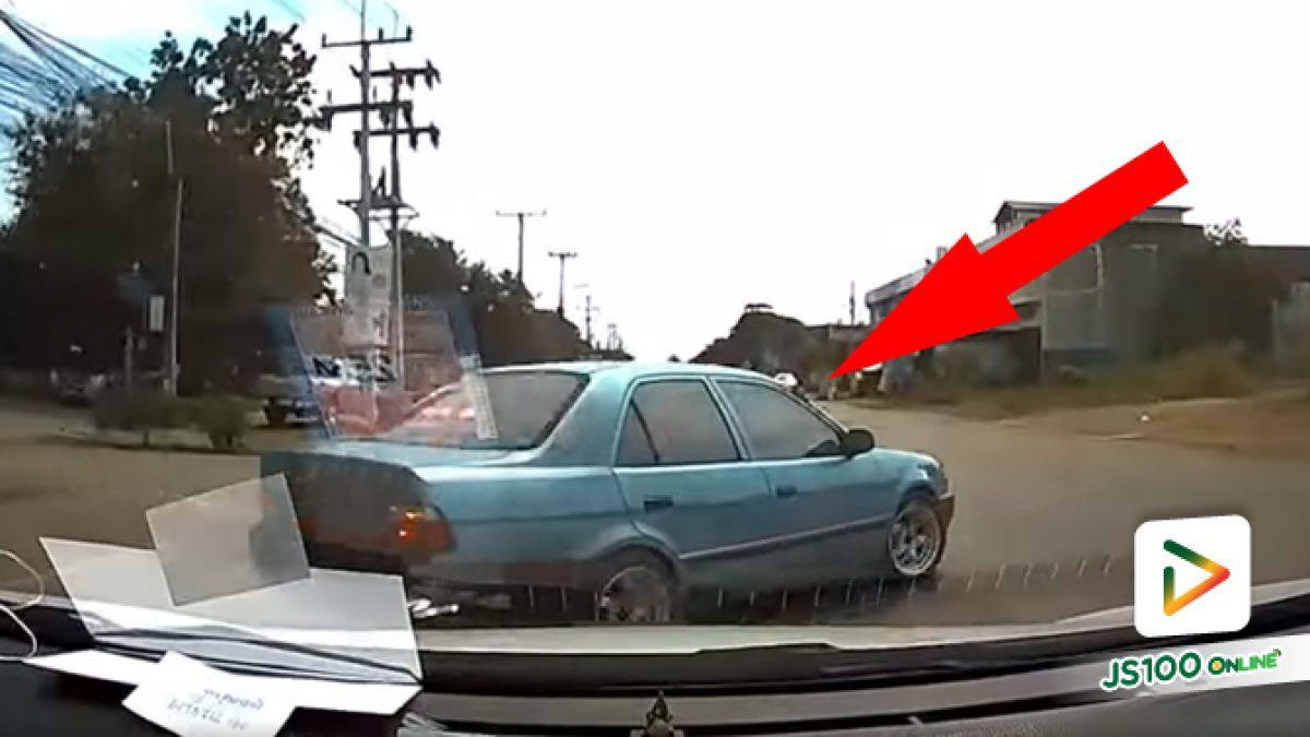 ไม่อยากรอไฟแดง เลยเลี้ยวซ้ายผ่านตลอดข้ามถนนตัดหน้าแบบนี้เลย?!