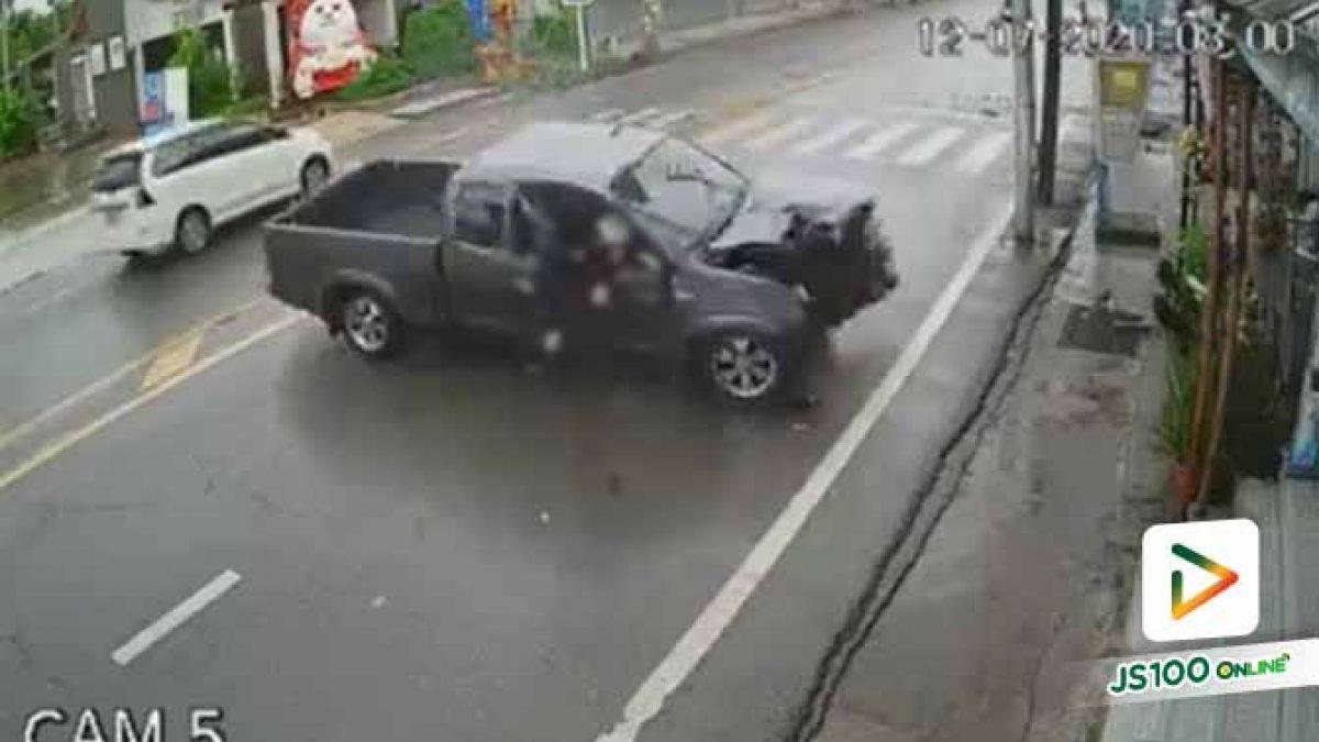 ฝนตกถนนลื่น! ปิคอัพแซงรถจยย. ก่อนเสียหลักหมุนคว้างชนเสาไฟฟ้า คนขับรอดปาฏิหาริย์ (12/07/2020)