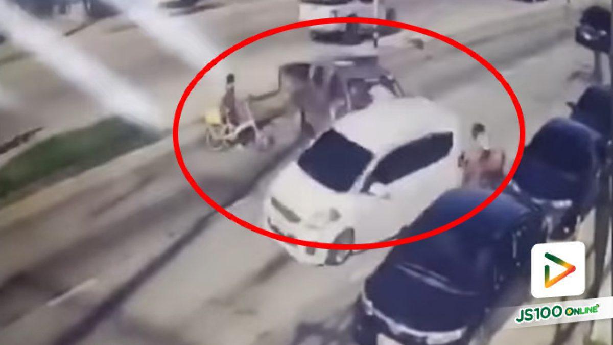 ยายวัย 80 ปี จูงจักรยานข้ามถนน รถตำรวจหักหลบท้ายสะบัดชน รอดหวุดหวิด