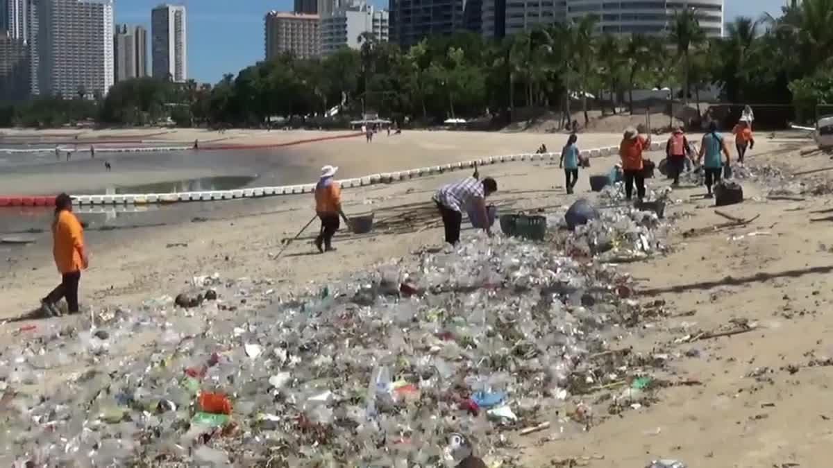 นทท.สุดเซ็ง หลังพายุซัดขยะล้นหาดดังเมืองพัทยา