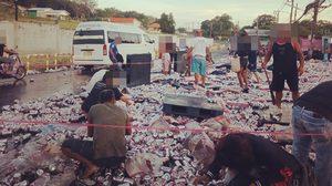 ชาวเน็ตจวกยับ!! รถขนเบียร์คว่ำเทกระจาด ชาวบ้านแห่เก็บกลับบ้าน