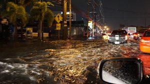ฝนถล่มกรุง บางนาอ่วมน้ำขัง รถติดสาหัส