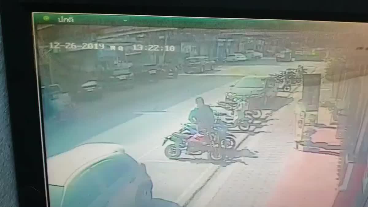 นาทีท่อระบายน้ำกลางถนนระเบิด ฝาท่อกระเด็นอัดคนใช้รถได้รับบาดเจ็บ