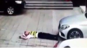 รปภ.พลีชีพ นอนขวางเก๋งไม่ให้เข้าจอด ถูกสาวขับรถทับหัวสาหัส