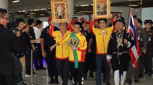 ต้อนรับแชมป์โลกสุดคึกคัก! ศรีสะเกษ เดินทางถึงไทย หลังป้องกันเข็มขัด WBC