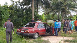 พบศพชาย นอนเสียชีวิตปริศนาอยู่ข้างรถเก๋ง ริมถนนสายเพชรบุรี-วังบัว