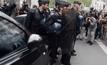 ผู้ประท้วงโจมตีตำรวจในฝรั่งเศส