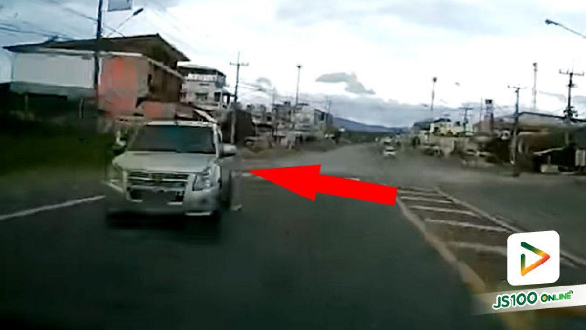 ปิคอัพเสียหลักข้ามฝั่ง รถยนต์ตกใจหักหลบรถส่ายก่อนหมุนคว้าง