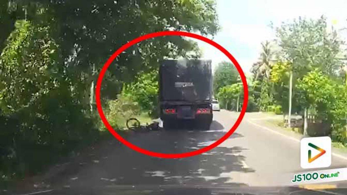 นักท่องเที่ยวต่างชาติปั่นจักรยานหลบลูกระนาด เสียหลักล้มใส่รถบรรทุก รอดหวุดหวิด (11/07/2020)
