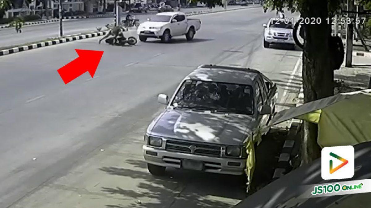 พี่กลับรถแล้วหักกะทันหันแบบนี้ ก็ชนคันอื่นเต็มๆ สิครับ แถมยังหนีไปอีก..