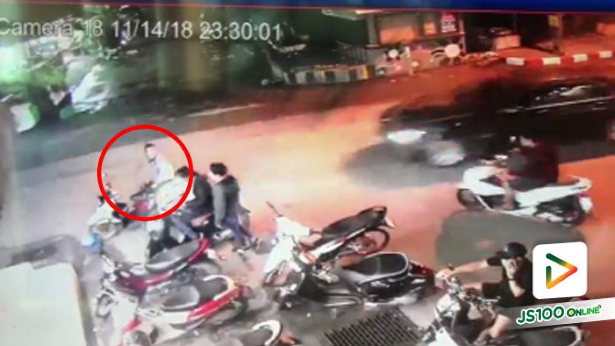 คลิปอุบัติเหตุเตือนให้ระวัง จอดรถริมถนนโดนรถยนต์เฉี่ยวล้ม หน้าเซเว่นเจพี จ.จันทบุรี  (16-11-61)