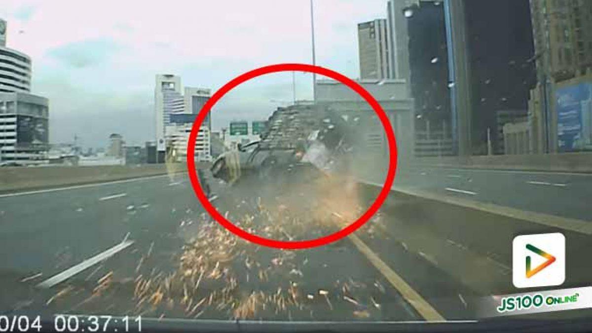 ระทึก! ปิคอัพขนผักยางระเบิดเสียหลักพลิกตะแคง เทกระจาดผักเกลื่อนถนน